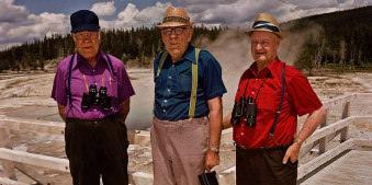 Drei ältere Herren vor dem Yellowstone Nationalpark.
