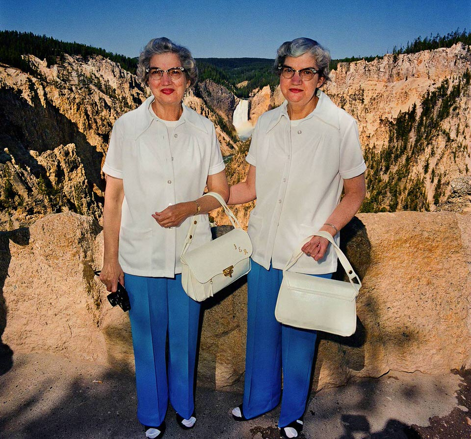 Zwillinge mit identischen Kleidern vor dem Yellowstone Nationalpark.