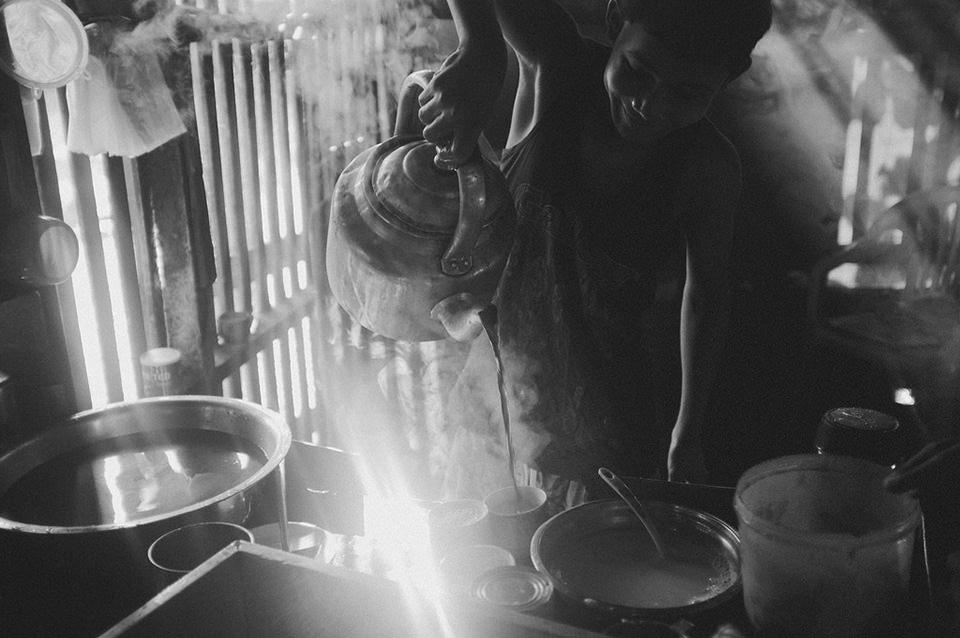 Ein Straßenportrait eines Mannes, der Tee eingießt