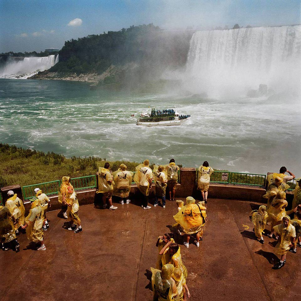 Einige Touristen versammeln sich auf einer Aussichtsplattform an den Niagara-Fällen.