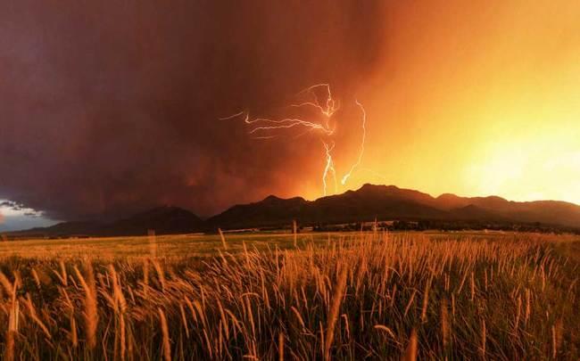 Blitze über einem Berg und einem Kornfeld
