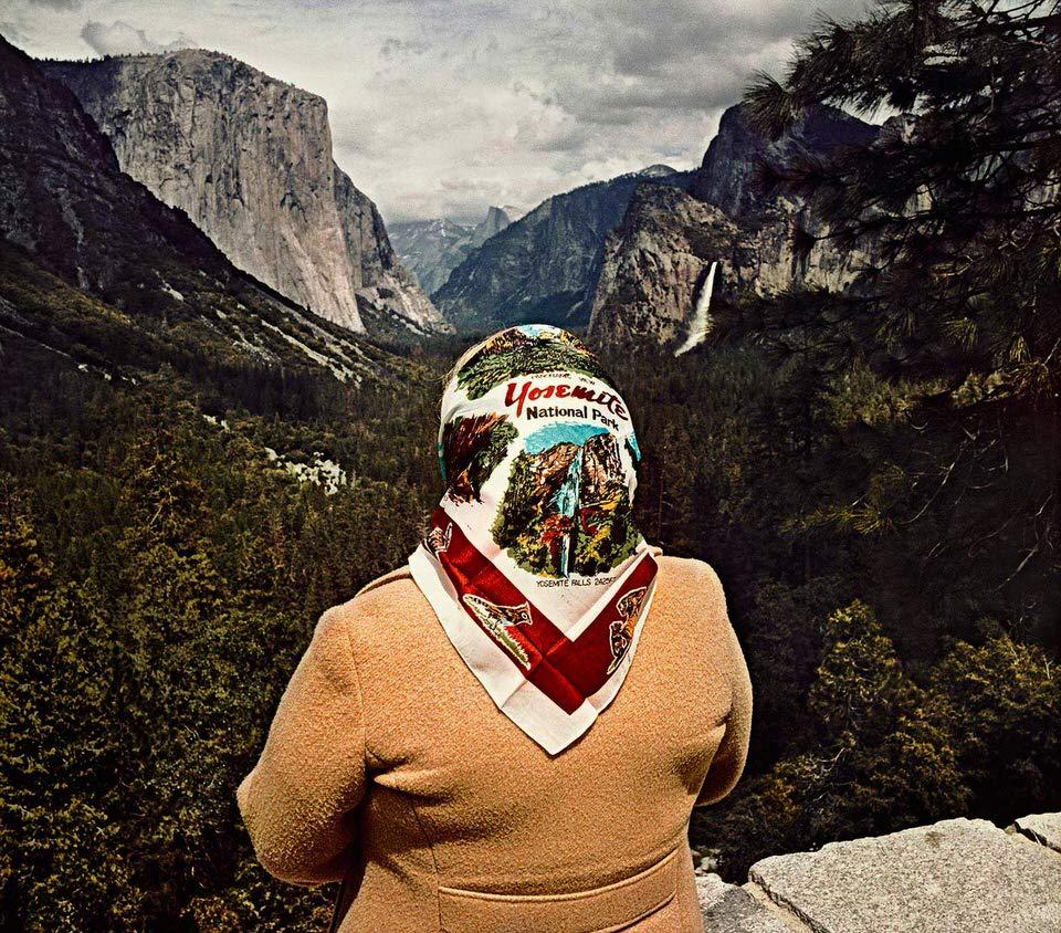 Eine Frau vor Yosemite mit einem Yosemite-Kopftuch.