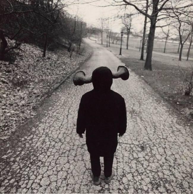 Ein Kind hat Hörner anstelle von Ohren.