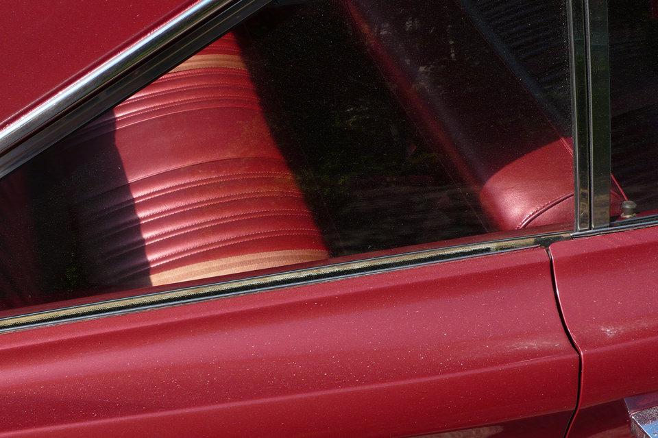 Seitenblick auf ein rotes, altes Auto.