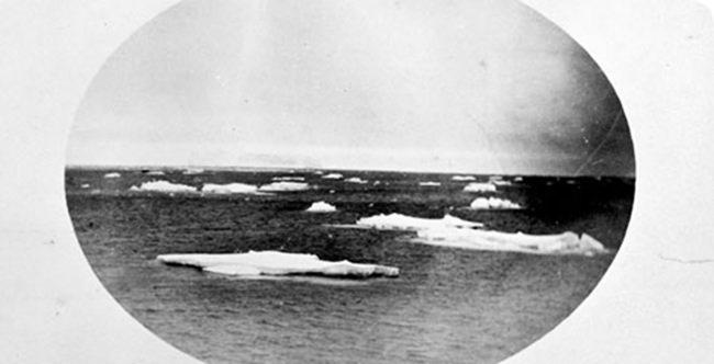 Eisberge und Eisschollen auf dem Meer.