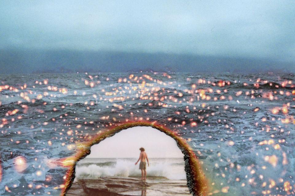 Zwei Bilder in einem: Ein Mann am Meer und einmal das Meer selbst.