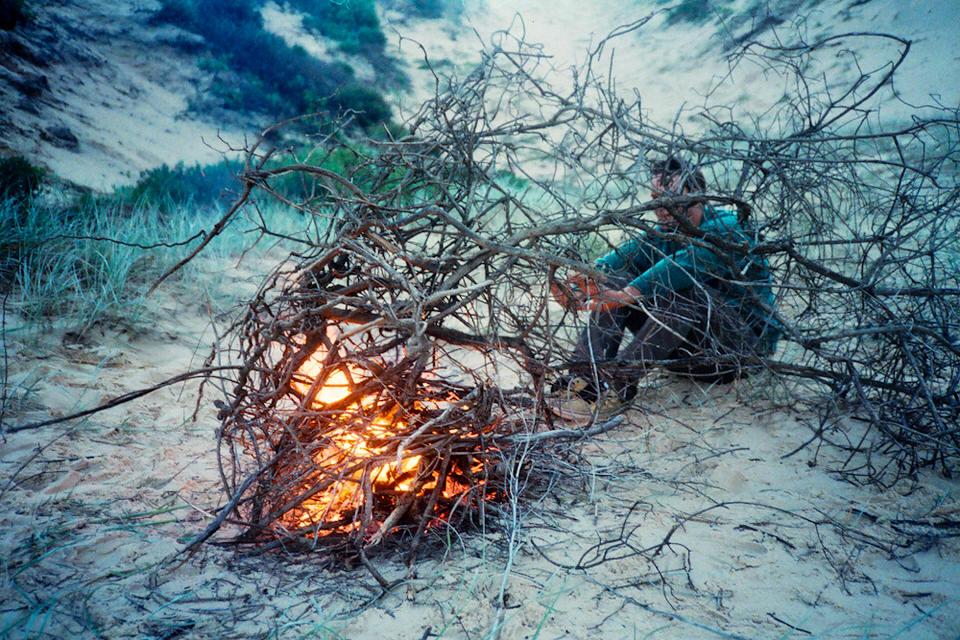 Ein Haufen Äste wird als Lagerfeuer benutzt.