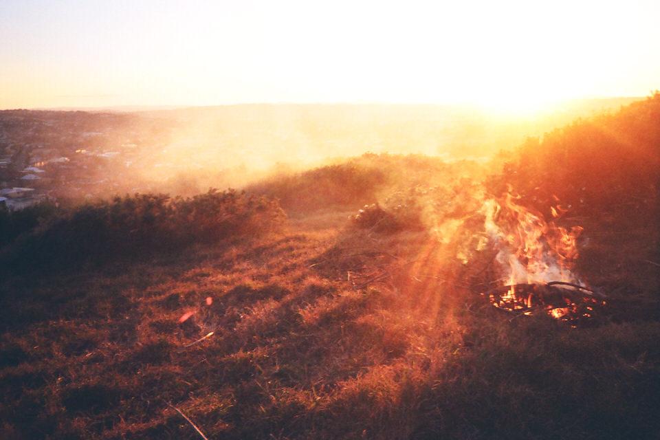 Ein Lagerfeuer im Gegenlicht.