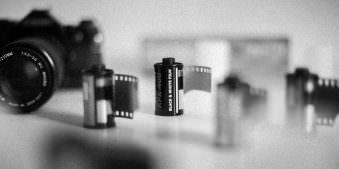 Kleinbild-Filme auf einem Tisch.