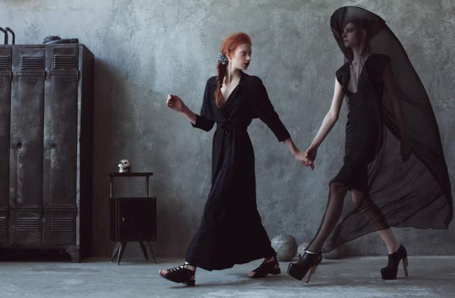 Zwei Frauen halten sich an den Händen.