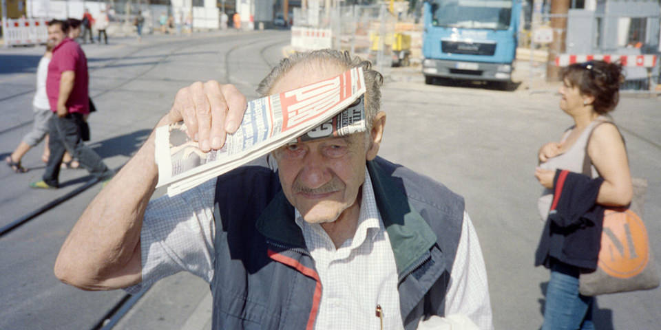 Ein älterer Herr hält sich eine Bild-Zeitung vor die Augen.