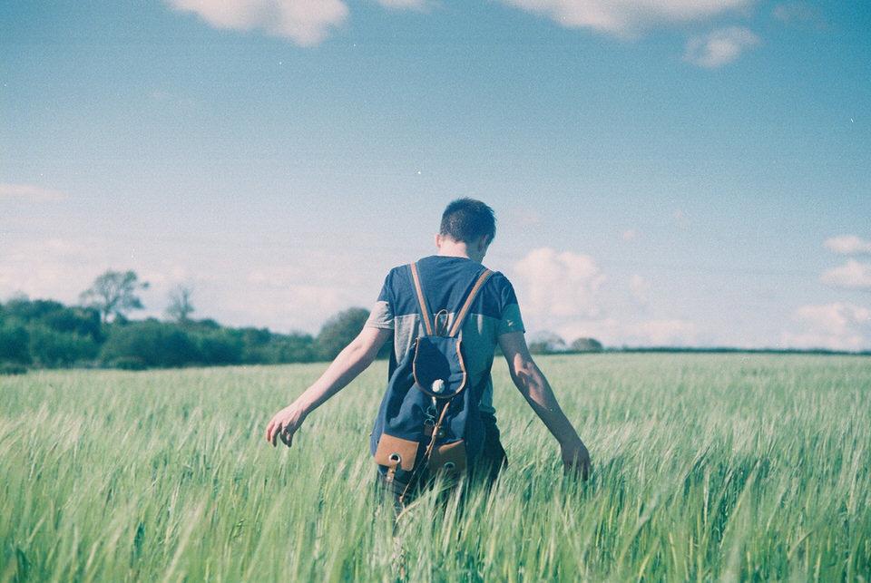 Ein Mann läuft durchs Gras.
