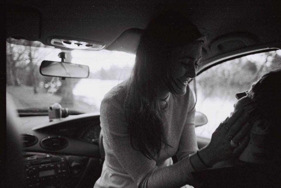 Zwei Menschen lieben sich in einem Auto.