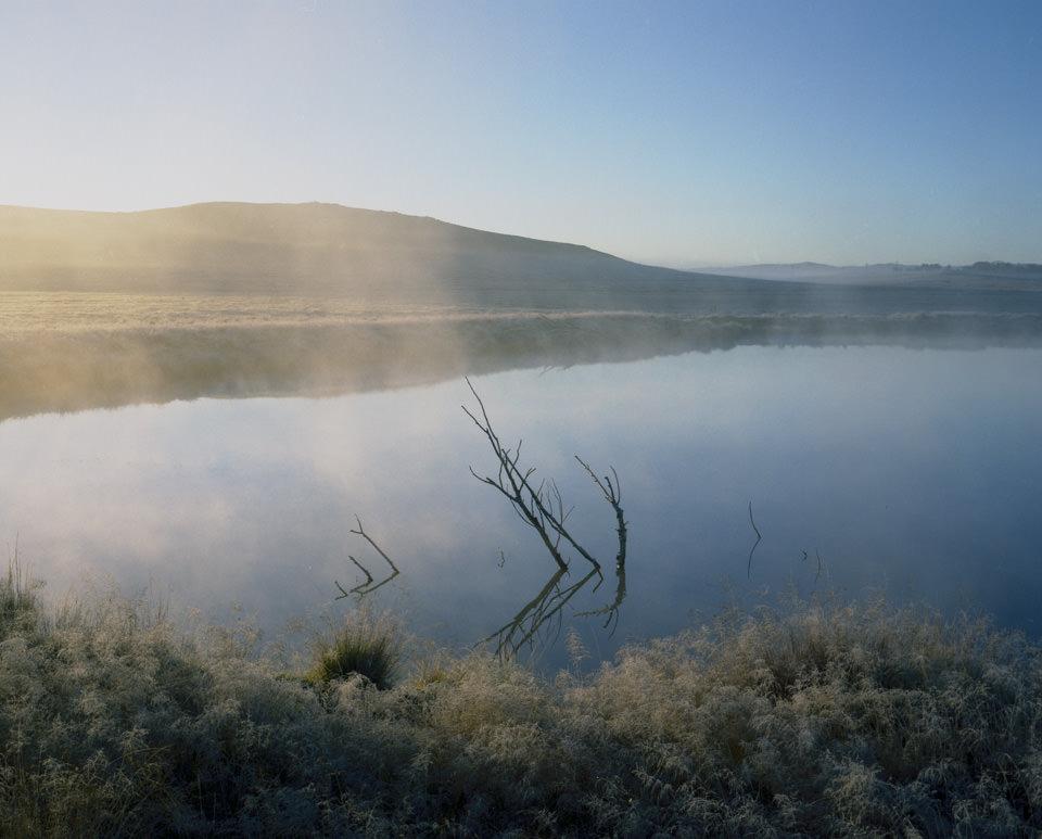 Nebel über einem See am Morgen