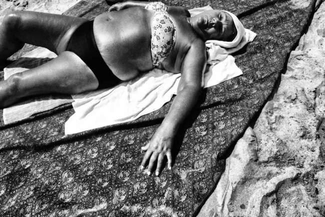 Eine Frau auf einem Handtuch