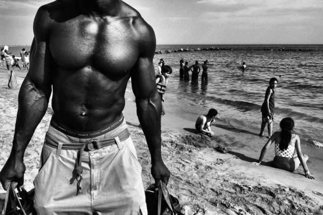 Ein muskolöser Mann am Strand