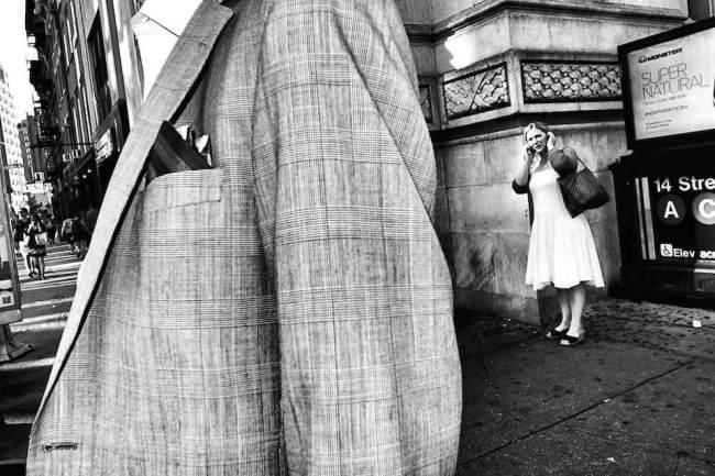 Telefonierende Frau auf der Straße