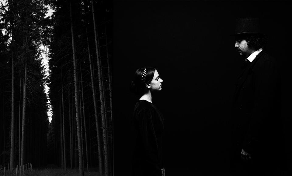 Eine Frau in schwarzweiß schaut ins Nichts.