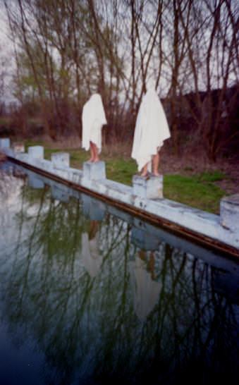 Zwei Geister stehend am Schwimmbeckenrand.