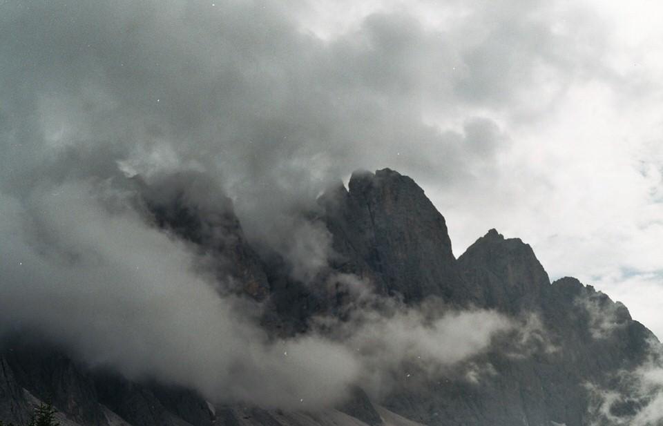 Scharfe Felskanten in den Wolken.