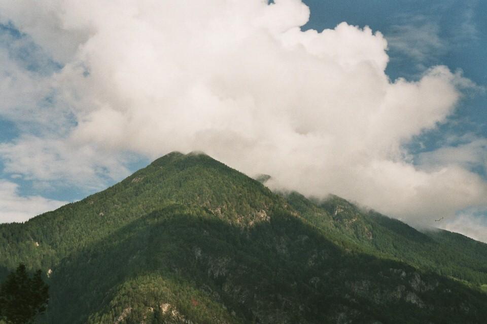 Grüne Berge in den Wolken.
