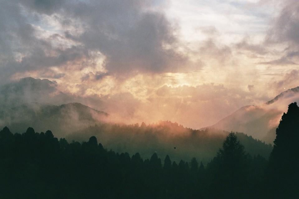 Berge und Wolken im Sonnenuntergang.