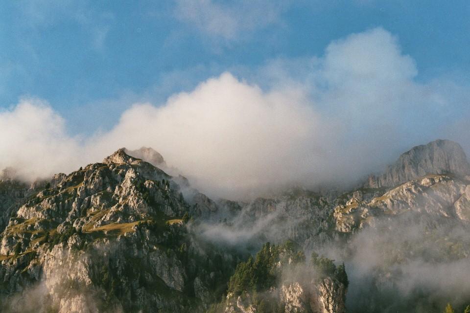 Bergaufnahme mit Wolken.