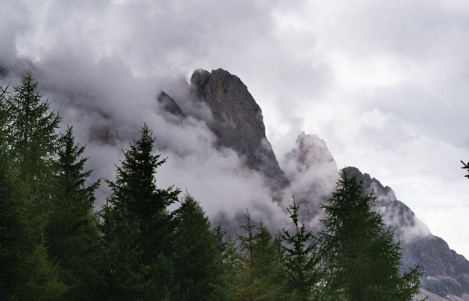 Ein Fels ragt aus den Wolken.