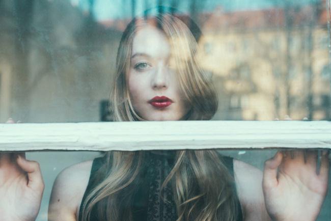 Eine Frau hinter einem Fenster.