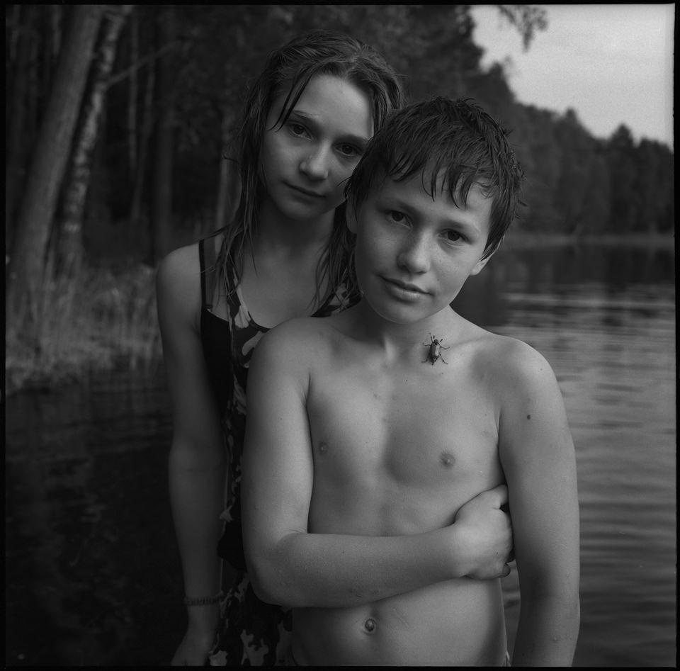 Zwei Kinder am See