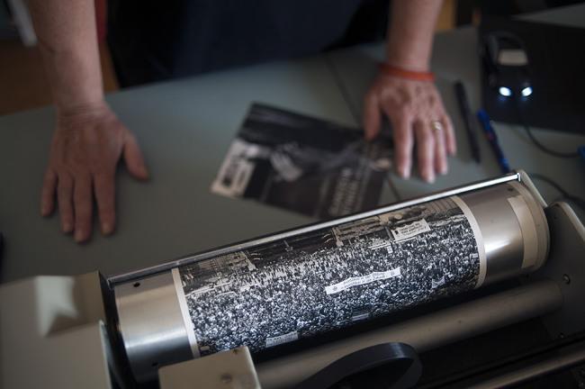 Ein Fotoabzug auf der Walze eines Bildfaxes.