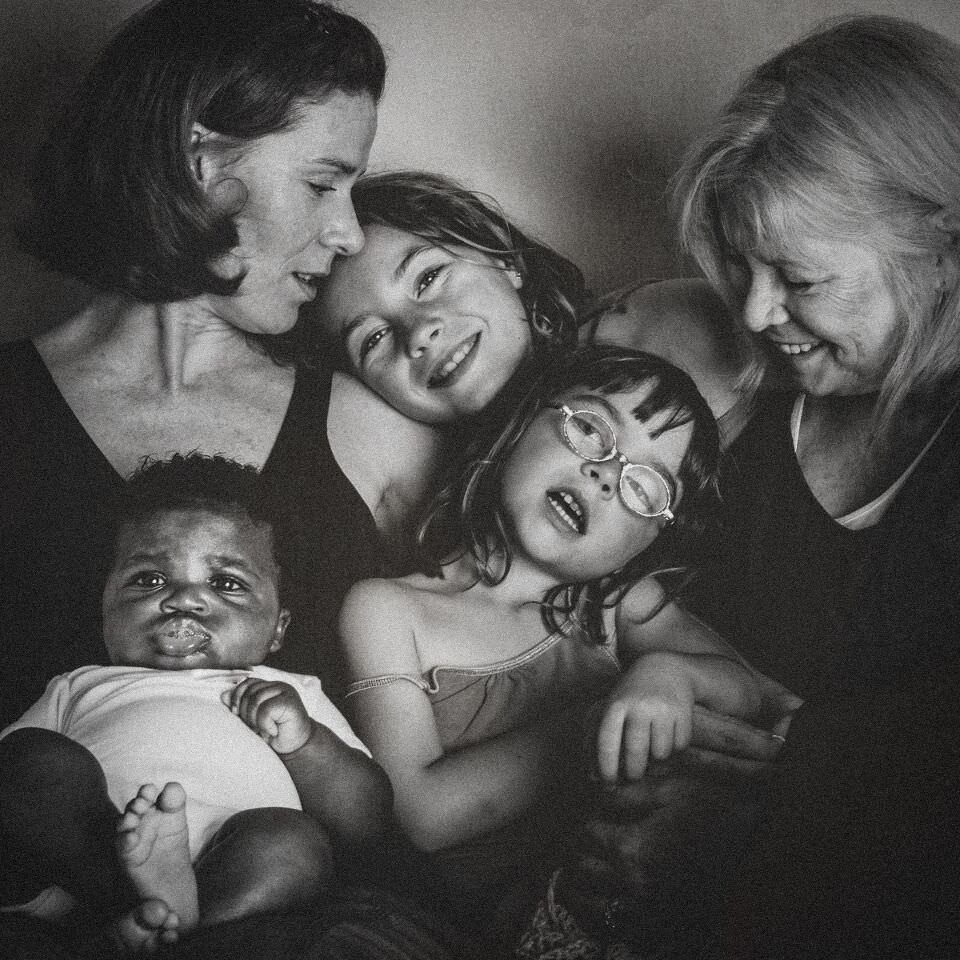 Eine schwarzweißes Familienfoto.