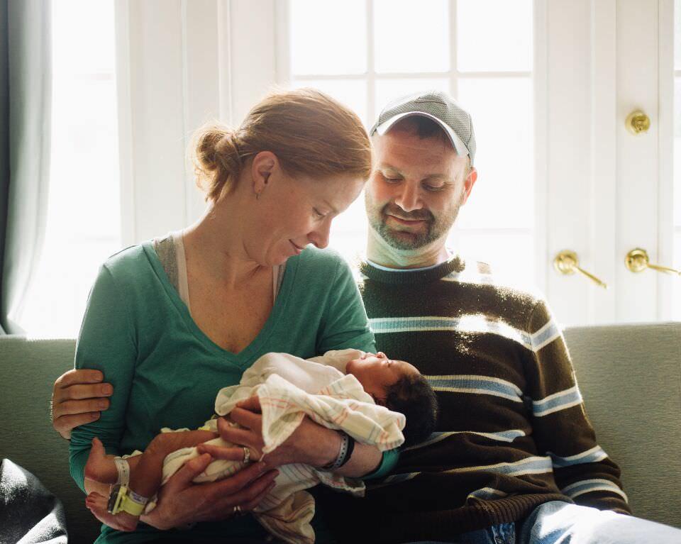 Eine junge Familie mit Nachwuchs.