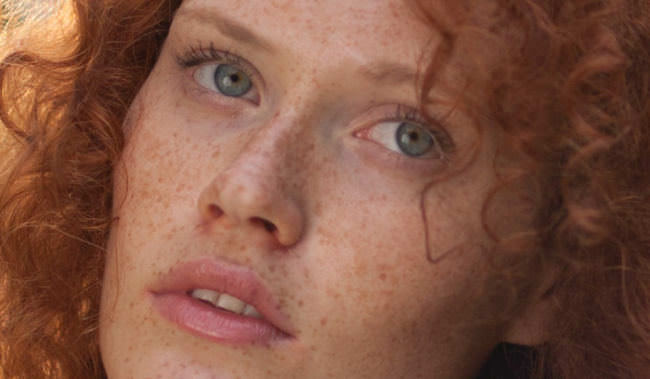 Eine Frau mit roten Locken
