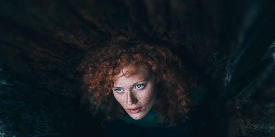 Eine junge Frau mit roten Locken