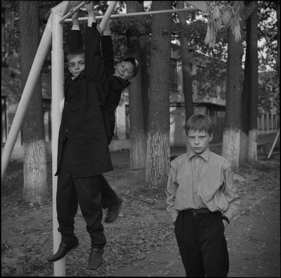 Zwei Kinder auf einem Spielplatz