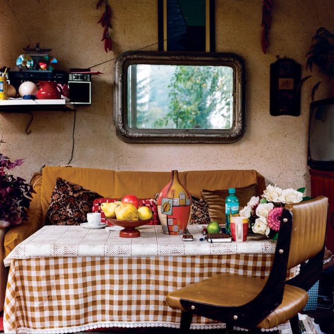 Ein Esstisch in einer Küche
