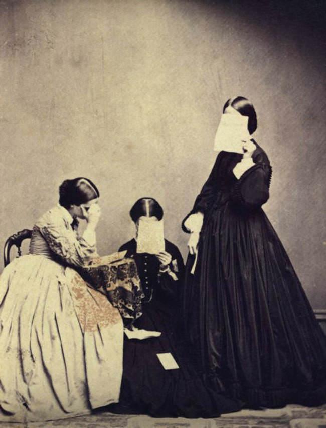 Drei Frauen verstecken ihr Gesicht.