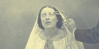 Eine Frau betet.