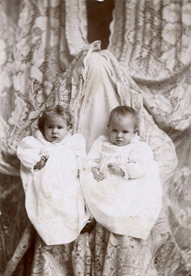 Zwei Zwillinge werden fotografiert.