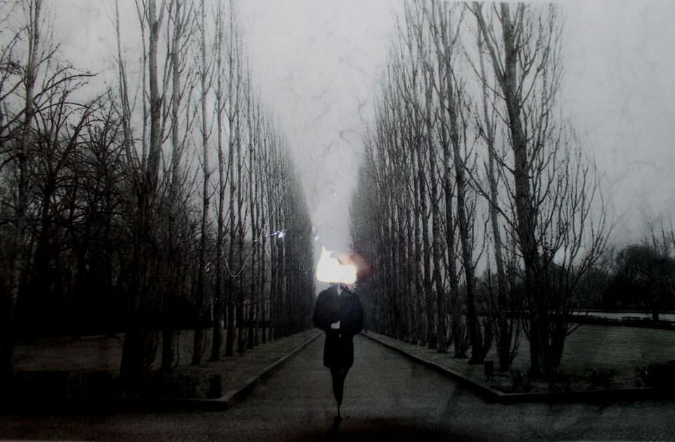 Eine Frau geht einen Weg entlang.