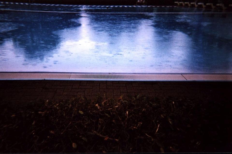 Oberfläche eines Swimmingpools im Regen.