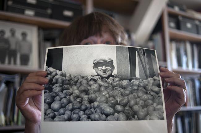 Gesicht eines Bauern über seiner Kartoffelernte in einer LPG.