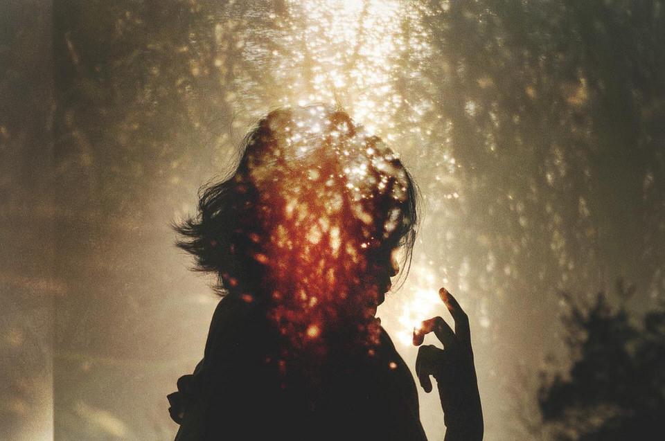 Silhouette eine Person in einer Doppelbelichtung.