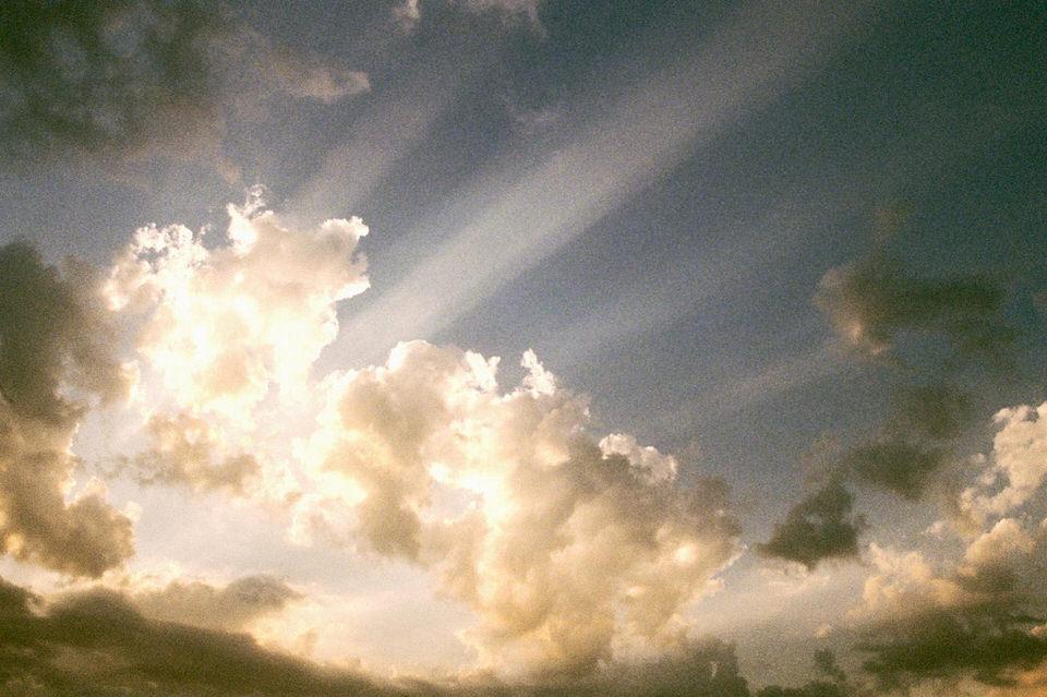 Von Sonnenlicht durchflutete Wolken.