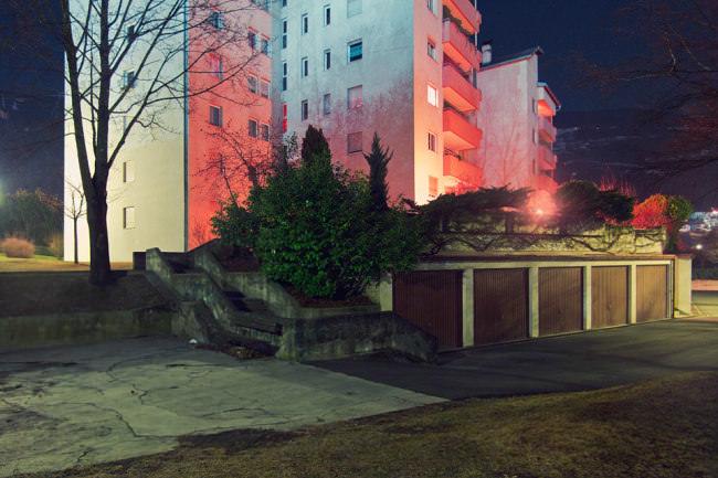 In der Nacht bunt beleuchtete Wohnblocks.