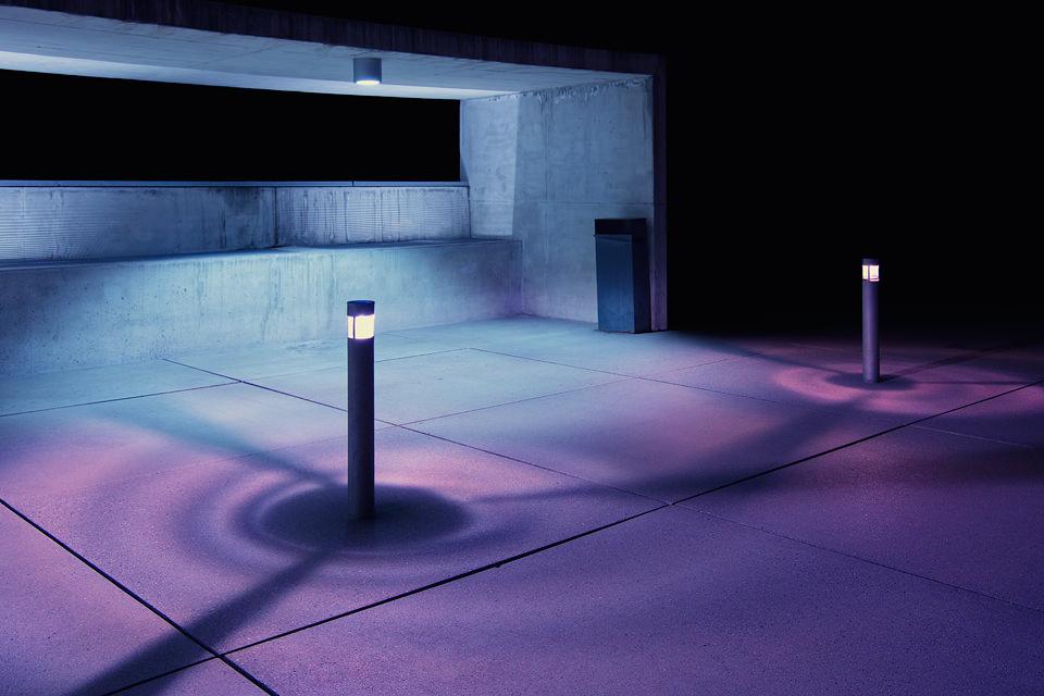 Blauviolettes Licht in einem Betonraum.