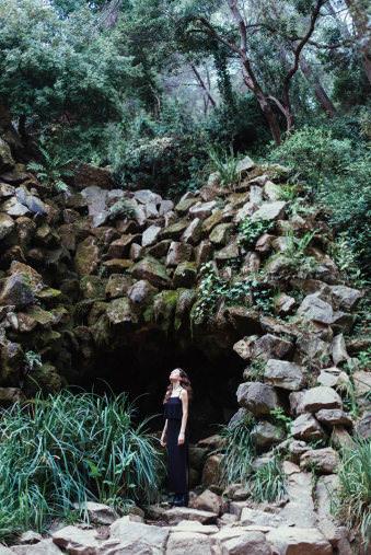 Eine Frau vor einer Höhle.