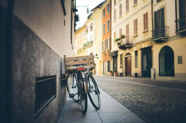 Fahrräder am Straßenrand.
