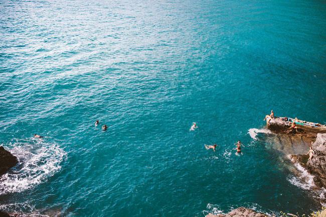 Im türkisblauen Meer badende Menschen